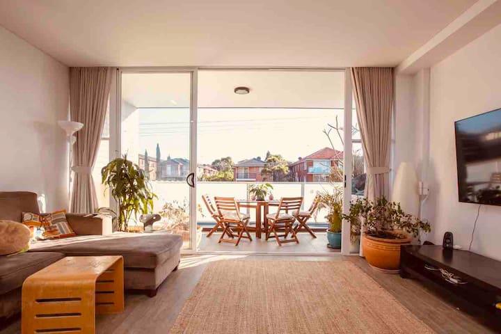 Modern, spacious & bright. Easy access to beach