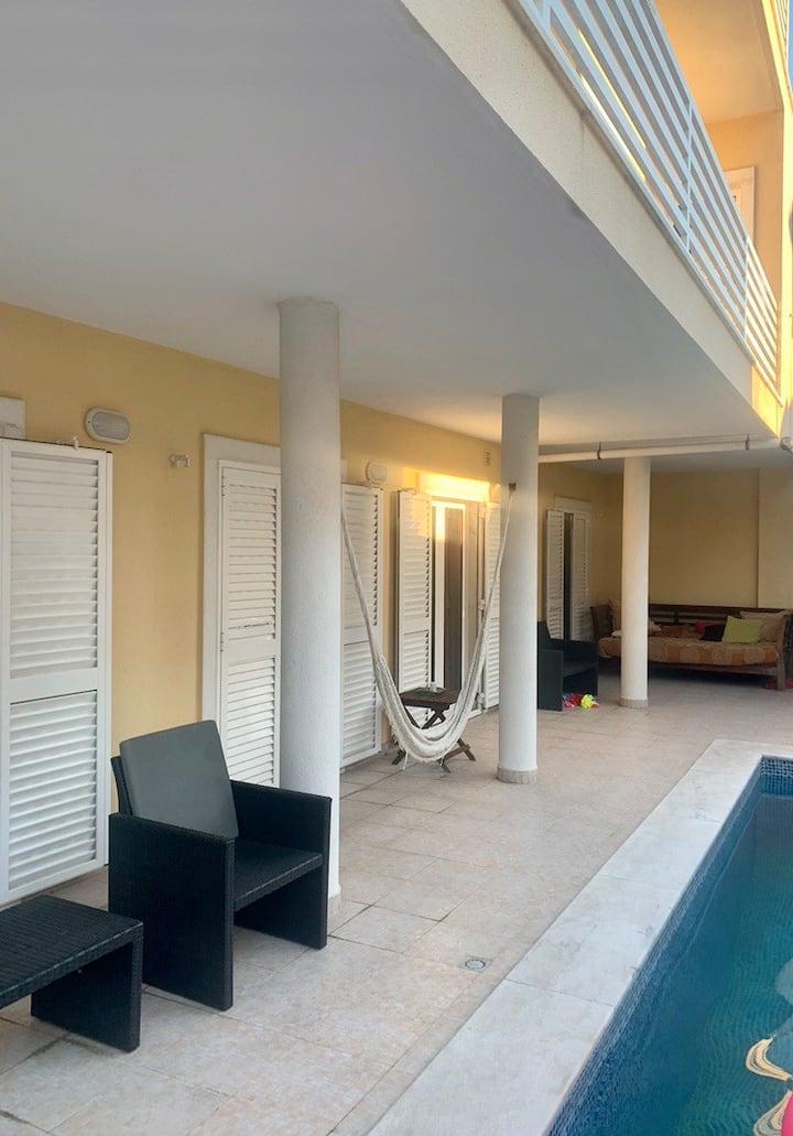 Suite para casal em casa com piscina perto de tudo