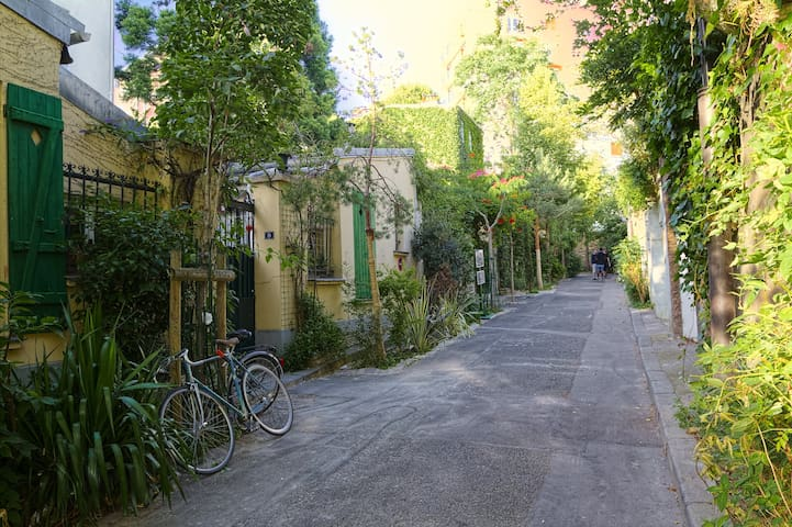"""Flat for 2 in one of Paris """"hidden"""" streets"""
