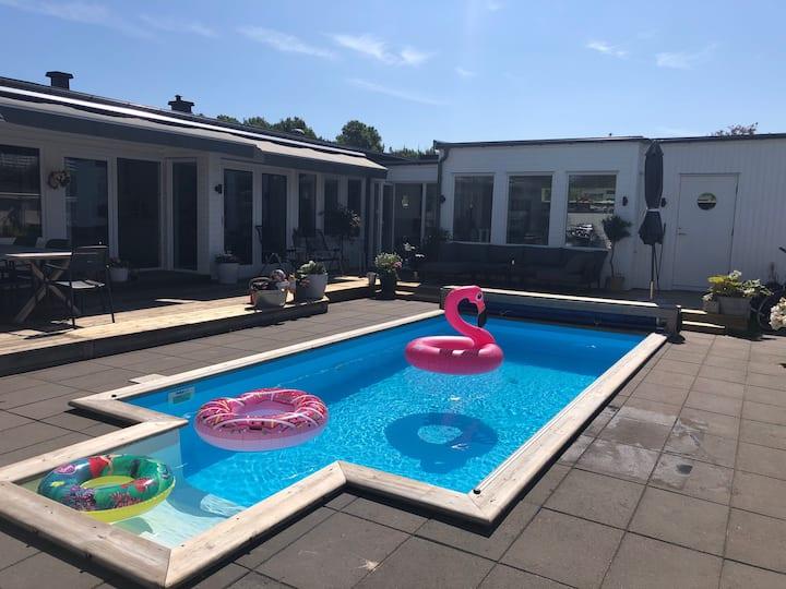 Hus med pool nära hav och Göteborgs stad