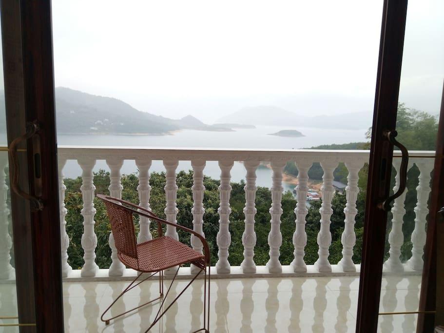 望着湖面,放松心情,悠然自得,尽情享受那份清静与美好
