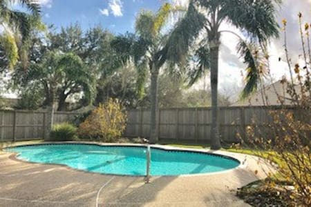 Superbowl Ready Beautiful House w/ Pool - Friendswood