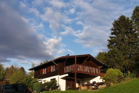 Hüttenfeeling mit Fernblick und E-Mountainbikes - Schotten - Haus