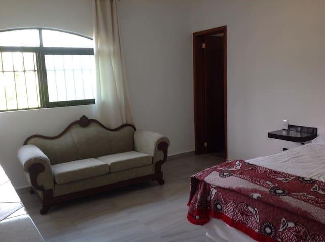 Recámara 2; cama queen size, baño completo, litera, aire acondicionado, ventilador de techo.