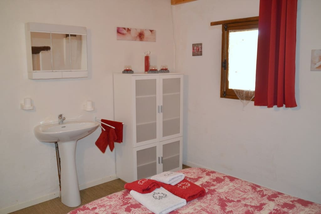 Les 2 chambres sont identiques et équipées d'un lavabo