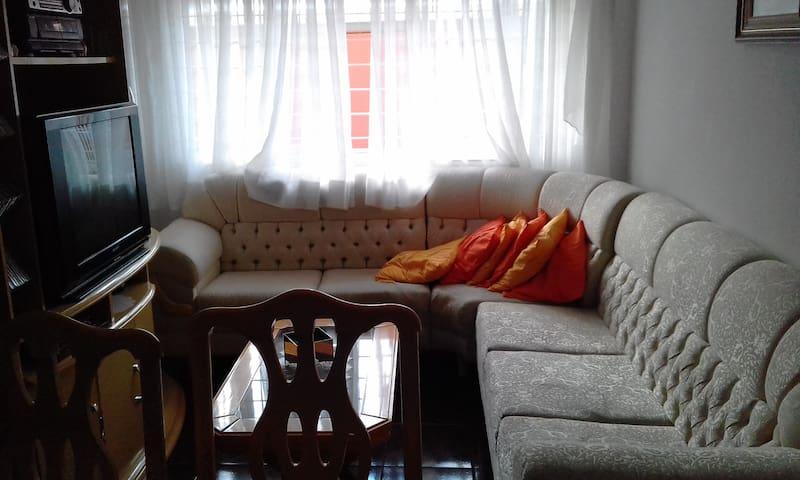 Quarto de casal em apartamento com garagem coberta