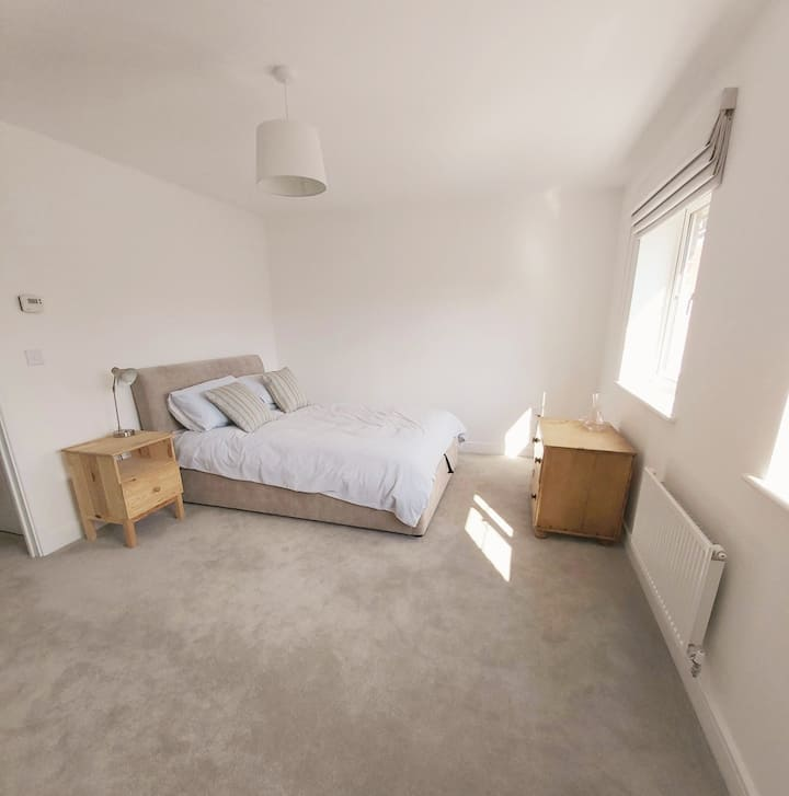 Comfy private double room, 15 mins from Gatwick