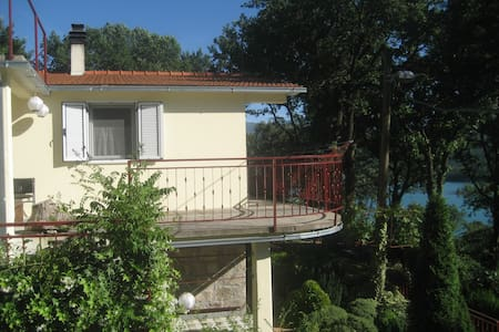 Apartment Cvitini dvori with terrace - Vrlika - Huoneisto