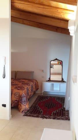 Bilocale con soggiorno-cucina e camera