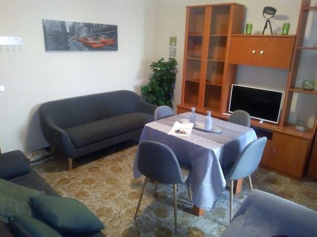 Amplio dormitorio en apartamento cerca de S.Cruz
