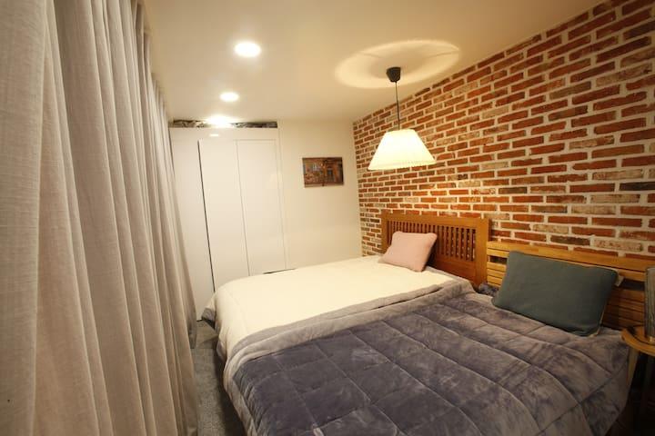 더블베드와 싱글베드로 구성된 침실