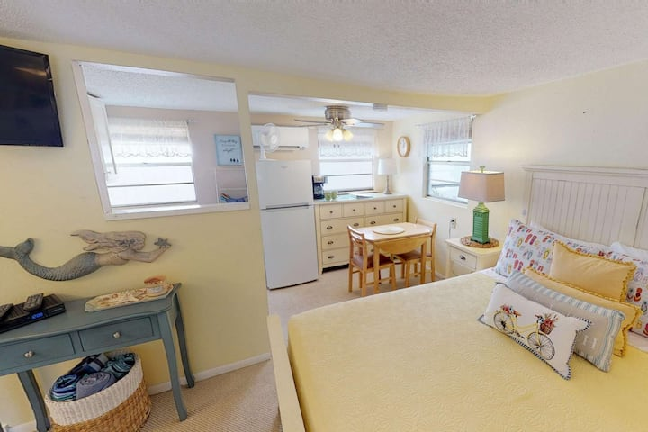 Cozy beach bungalow, steps to the Beach and Bay ! Kitchen, Laundry, WiFi, Grills, Just Perfect!