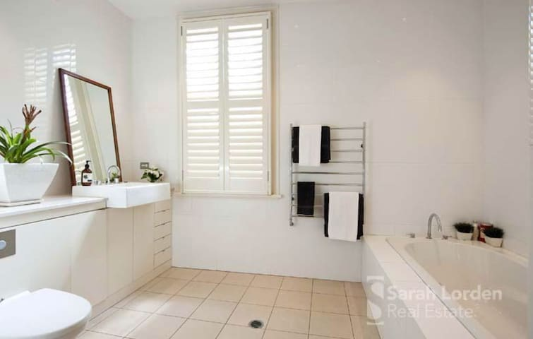 A luxury stay in private room with own private bathroom in Balmain