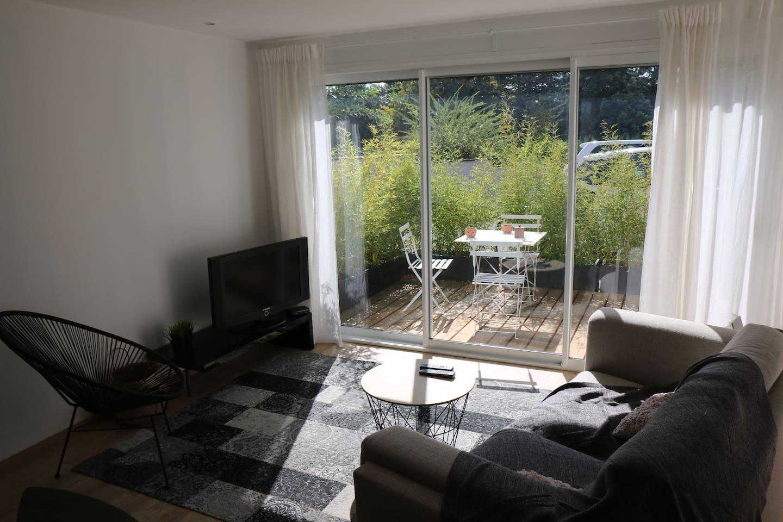 Petit coin salon , TV, donnant sur une terrasse
