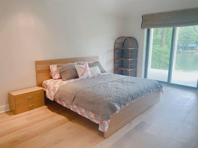 Ground floor bedroom with en-suite bathroom (Lakeview)
