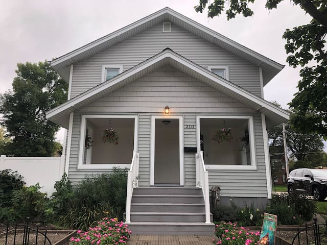 Downtown Lake Cottage - Built in 1900!