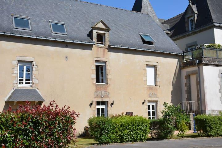 Proche Vannes et Auray, appartement dans manoir.