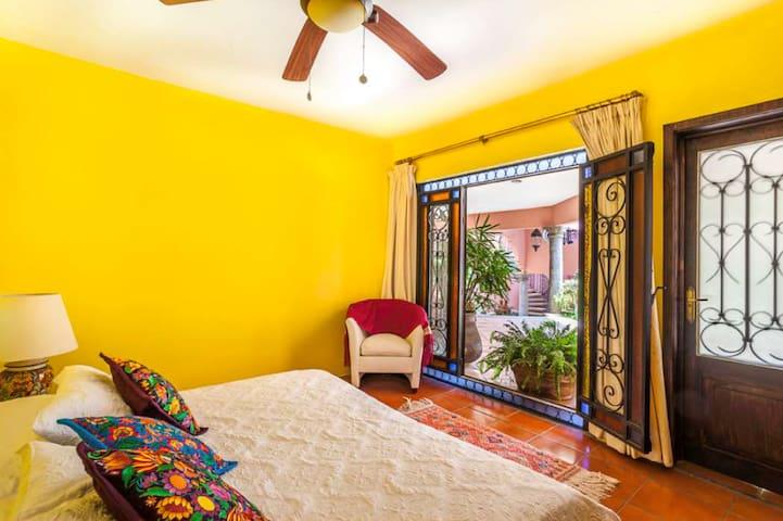 La habitación puede ir en king o en 2 individuales. Vista al patio central. Esta es la habitación más pequeña.