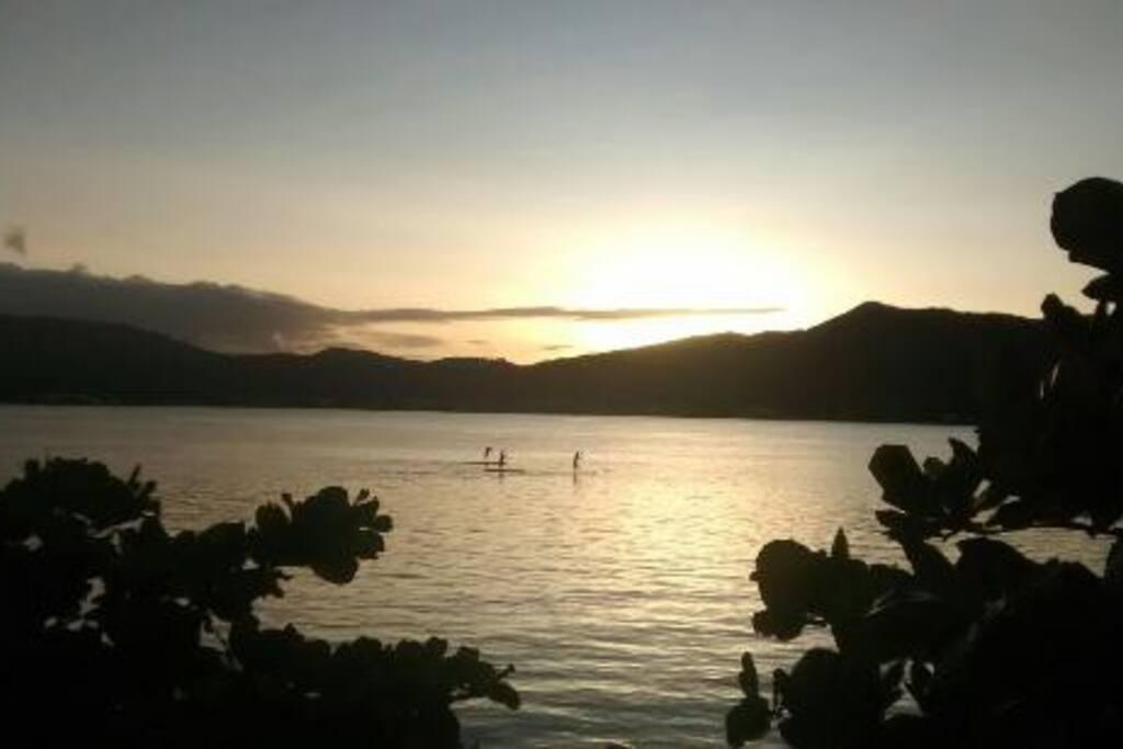 A casa fica as margens da Lagoa da Conceição e possui um dos mais belos fins de tarde da ilha.