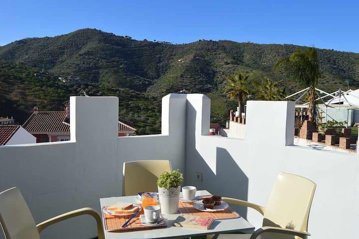 Estudio y terraza con vistas a la montaña