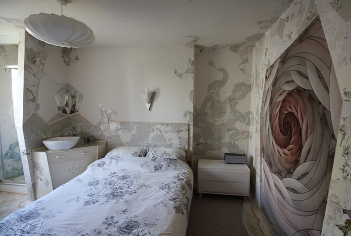 Fabulously Freaky Room + Shower/WC, 150m to sea.