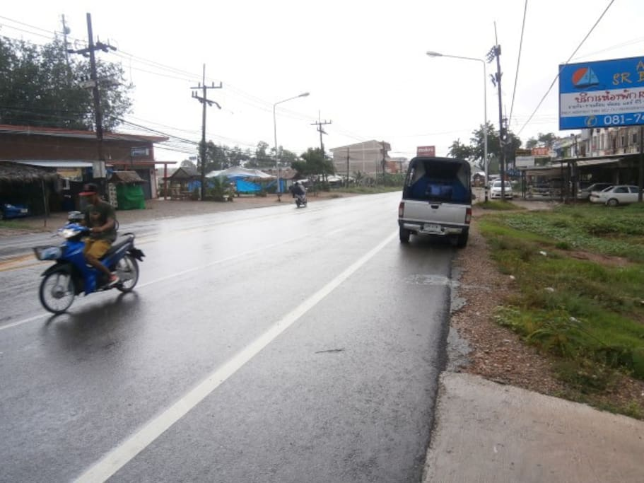 ถนนด้านหน้าซ้าย