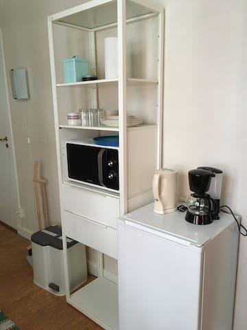 Det finns ett pentry med kylskåp, mikrovågsugn, kaffebryggare och vattenkokare. Om du vill kan du köpa till en frukostbricka som står i kylen när du kommer (70 kronor per person).