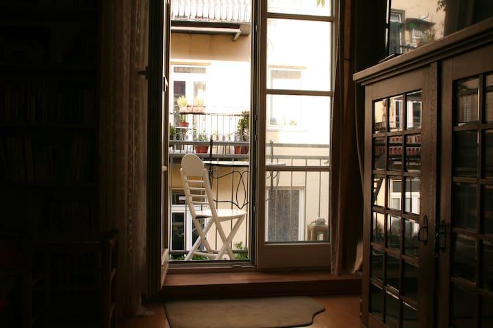 Gemütliches Zimmer mit Balkon mitten in München
