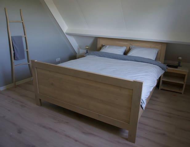 Slaapkamer met 160 bed met topkwaliteit matrassen
