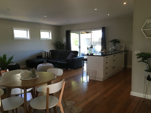 modern, central new townhouse - Portarlington - Townhouse