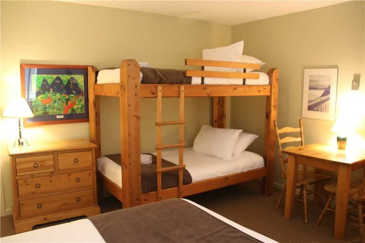 On-mountain condo with kitchen, access to outdoor pool, hot tubs & BBQ, 5min walk to ski lifts: T321 - Timberline Lodges - 321 Aspen