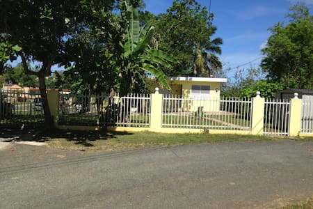 Simple Country Home Near Beaches/AC & WiFi - 馬亞圭斯(Mayagüez)