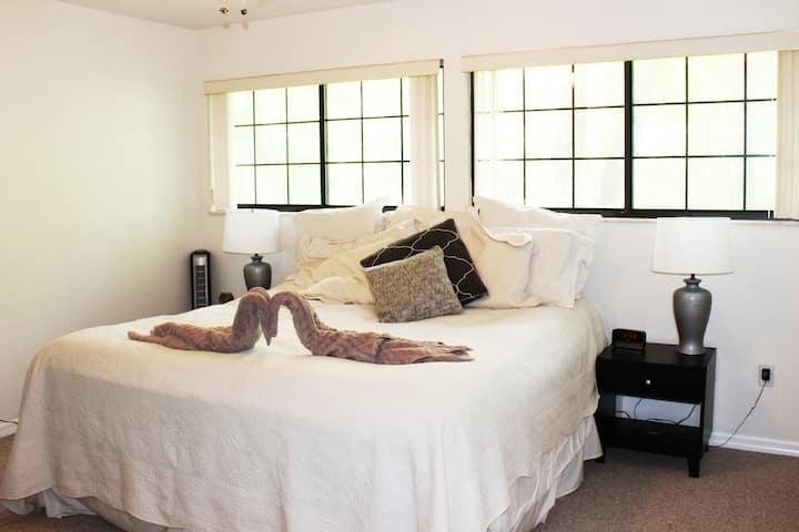 Comfy, Quiet, King Bed / *Dependable Hosts!*