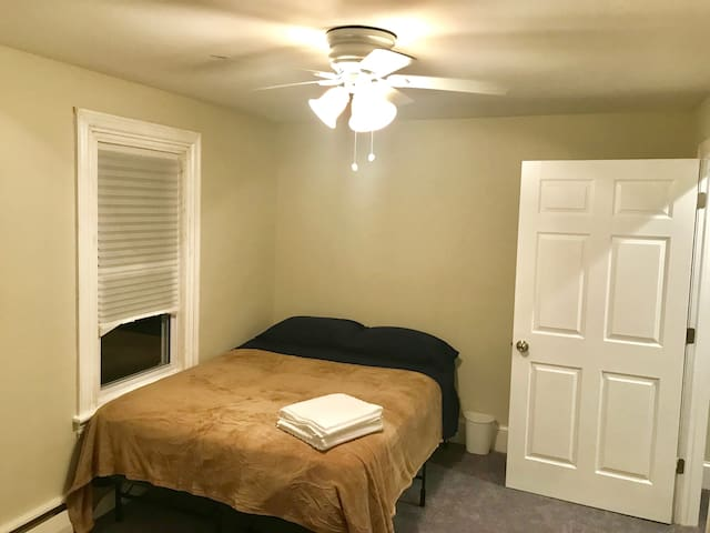 Private room-Close to airport and 4-95 hwy
