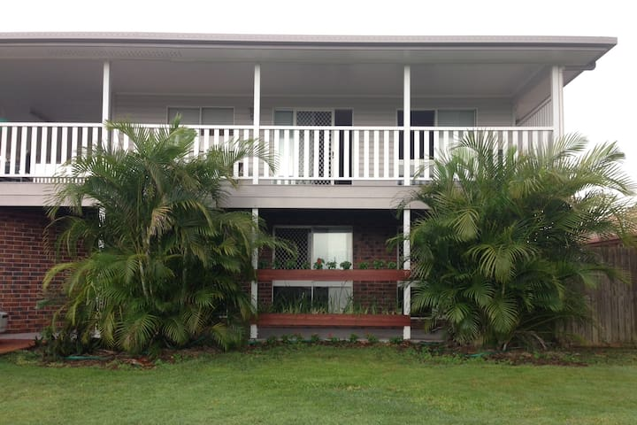 8 Guest, 4 Bedroom combo - Turtle Trail Retreat - Burnett Heads - Hus