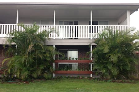 8 Guest, 4 Bedroom combo - Turtle Trail Retreat - Burnett Heads