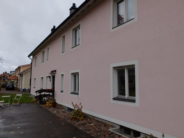 Comfy room in a flat by the water - Motala - Apartamento