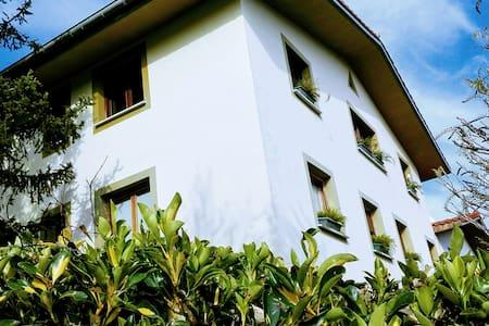 Caserio en entorno natural