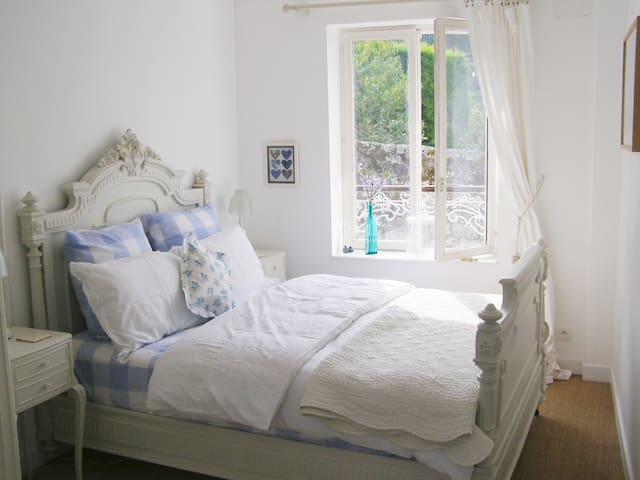 The King Henry II bedroom with a comfortable bespoke mattress and lovely linen