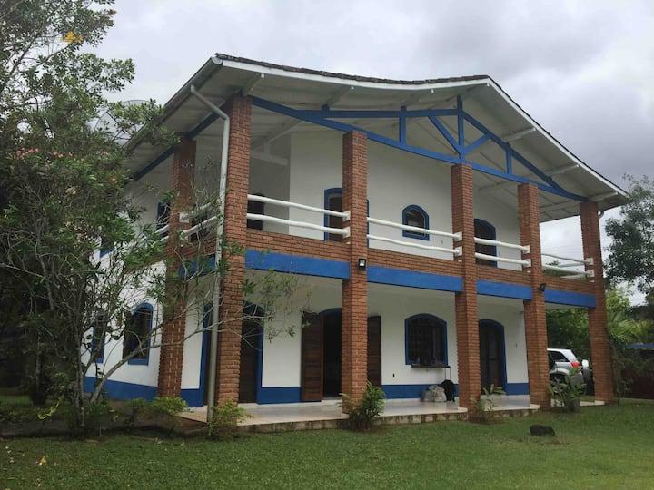 Casa aconchegante, com grande espaço verde
