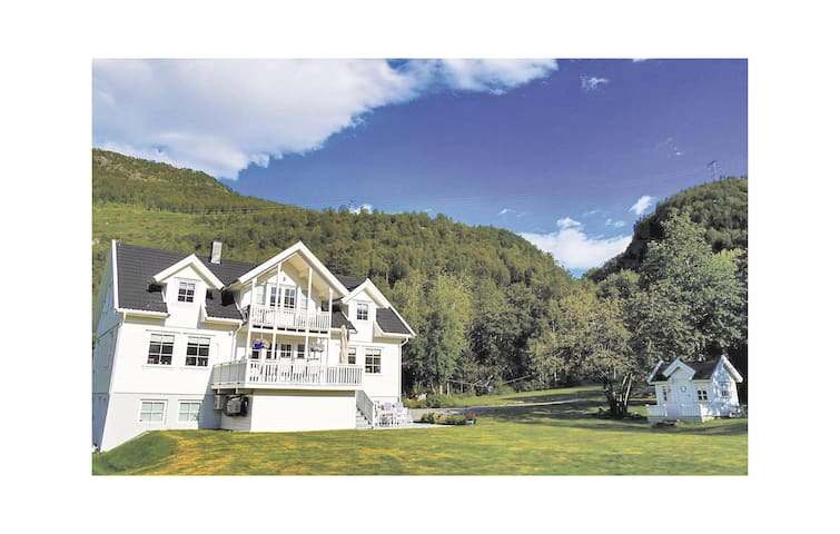 Holiday apartment with 5 bedrooms on 269m² in Røldal