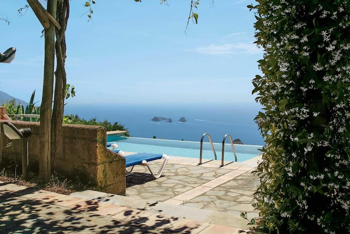 Stunning views. Villa with wifi and private pool