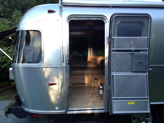 """RIVET"" 25' Airstream Flying Cloud Cottage"