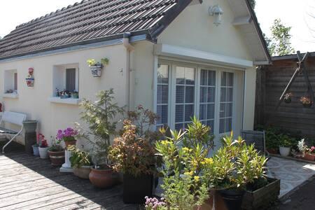 petite maison avec terrasse sur jardin