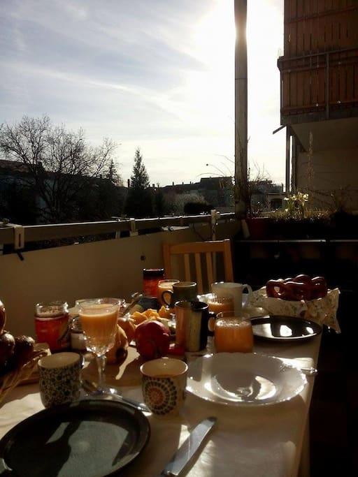 Balkon zum sonnigen Frühstücken