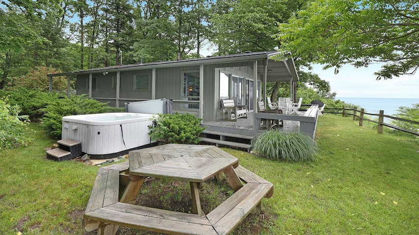 Lakefront Cottage w/ Views from the Hot Tub; 3 Night Min All Summer - Bluffs Cove
