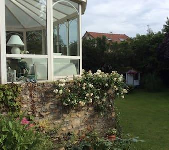 Maison familiale dans grand jardin chambre 2 - Bessancourt - 独立屋