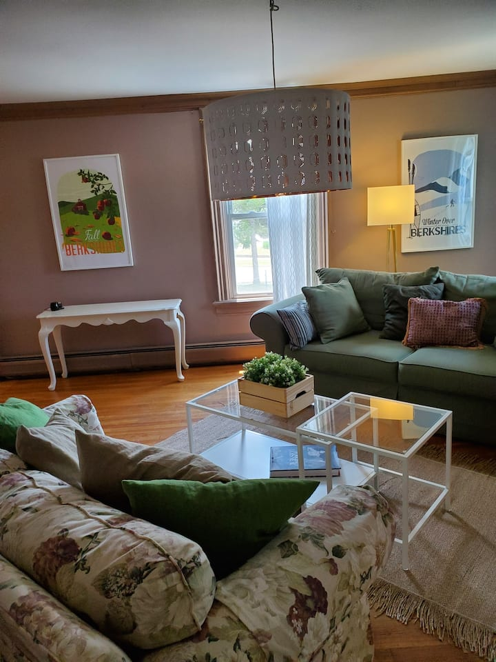 Bright & Spacious In-town Suite