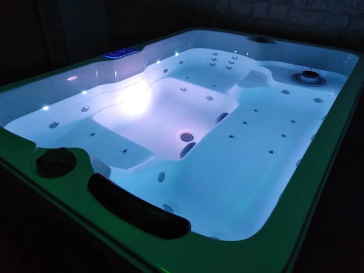 Logement avec spa intérieur et piscine.