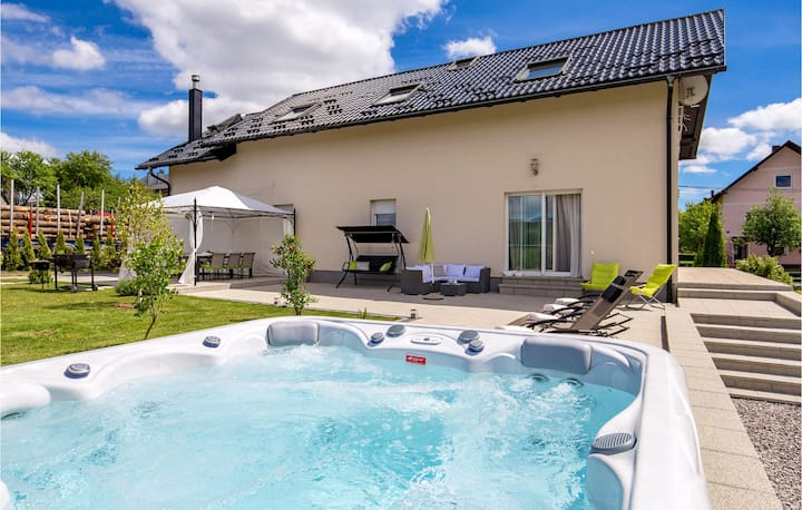Stunning home in Ravna Gora with Jacuzzi, WiFi and 5 Bedrooms